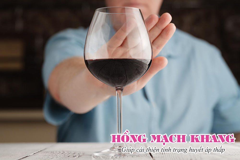Người bị tụt huyết áp nên hạn chế sử dụng rượu, bia